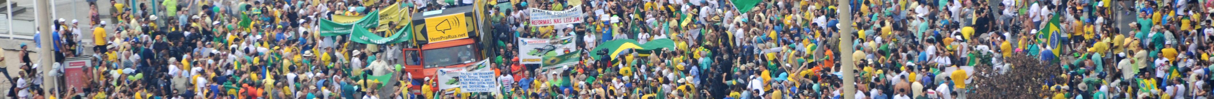 15/03/2015 - RIO/MANIFESTAÇÃO - Manifestantes fazem protesto pelo impeachment da presidente Dilma Rousseff na praia de Copacabana, zona sul do Rio. FOTO: Tasso Marcelo/Fotos Públicas.